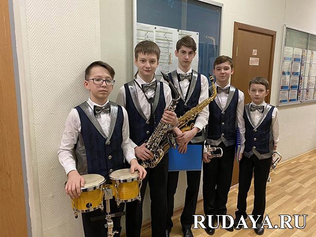 -жилетки для джазового оркестра                                        Апрель-бенд